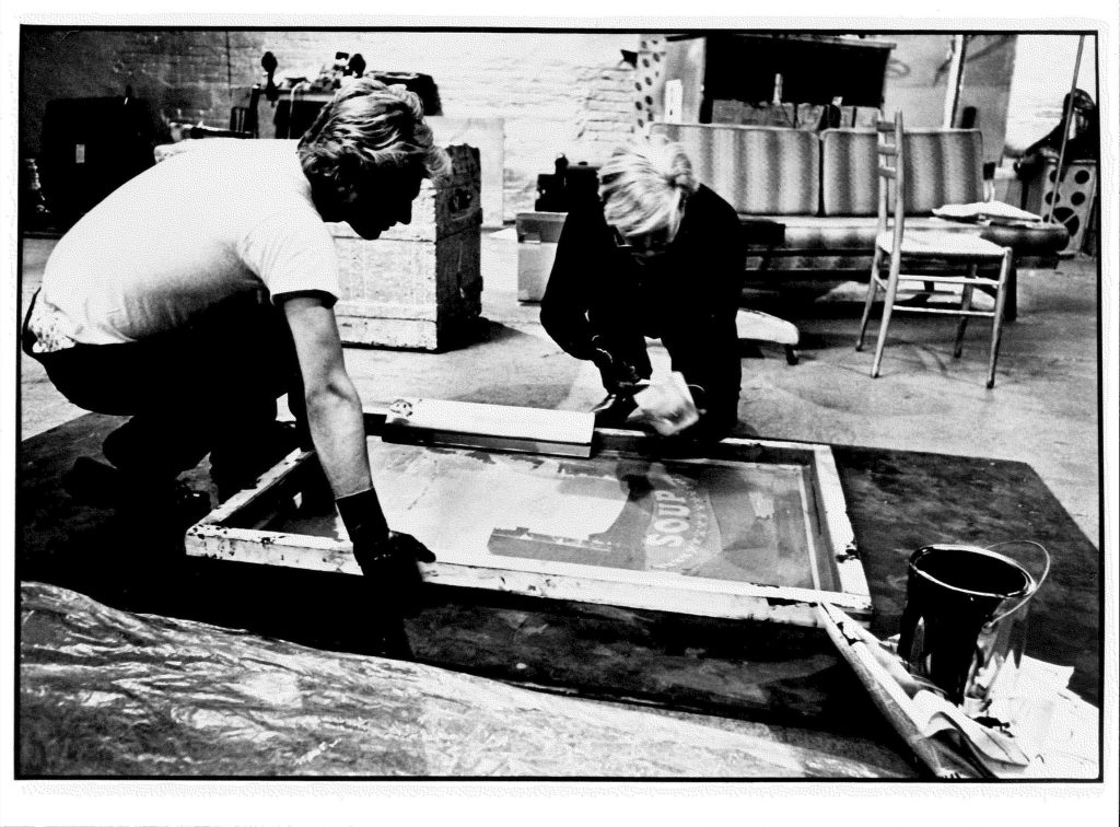 Andy Warhol, Silk Screening, 1964 © Photo by Ugo Mulas; Archiv der Avantgarden, Staatliche Kunstsammlungen Dresden